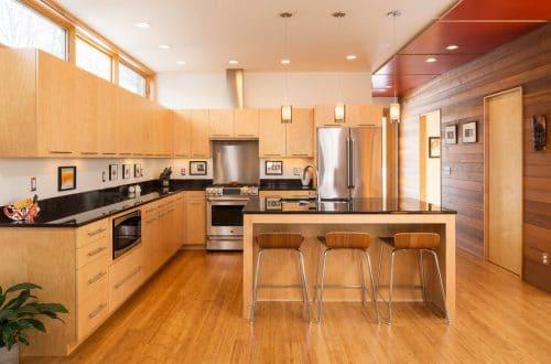 Sàn nhựa giả gỗ giúp căn bếp thêm lung linh lau chùi cực thoải mái